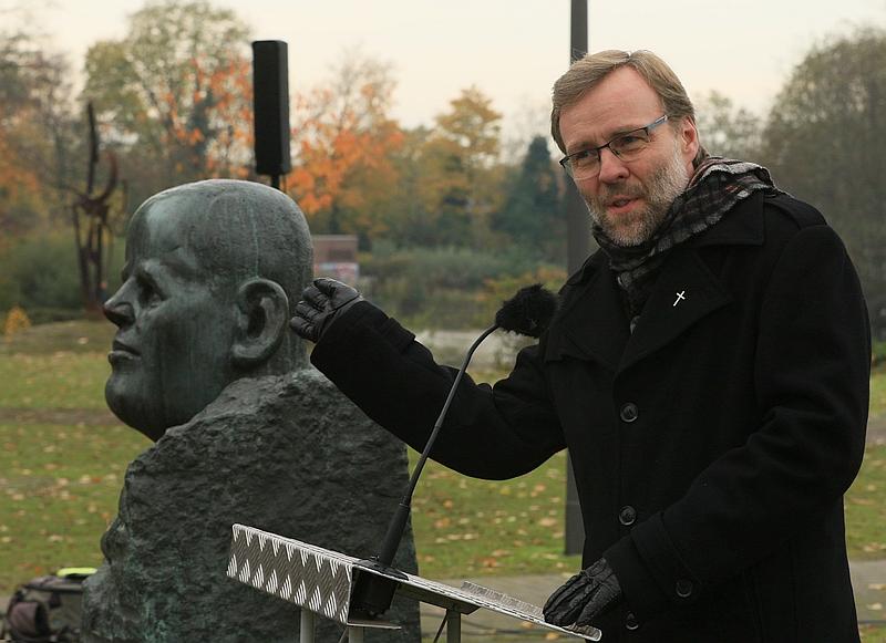 Pfarrer Innig erinnert an die Kriegsgeschehnisse nach den Weltkriegen.