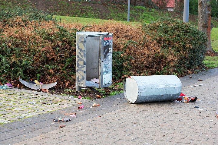 von Böller zerstörter Mülleimer