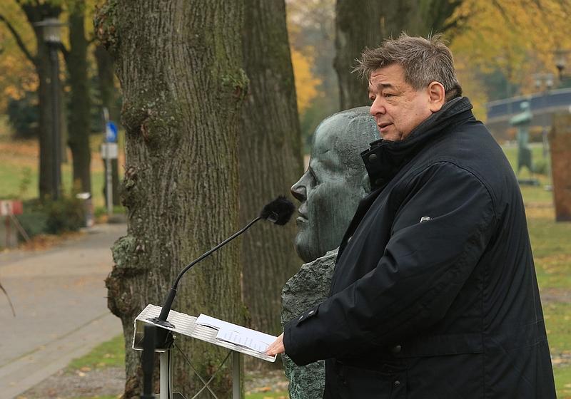 Bürgermeister Werner Arndt erinnert an die Kriegsopfer.