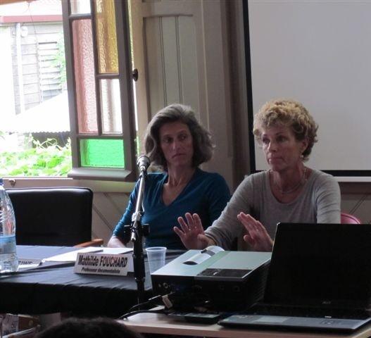 de g. à d. Mathilde Fouchard, professeure documentaliste et Lydie Ponchet, professeure de français, collège de Koutio (16/04/2011)