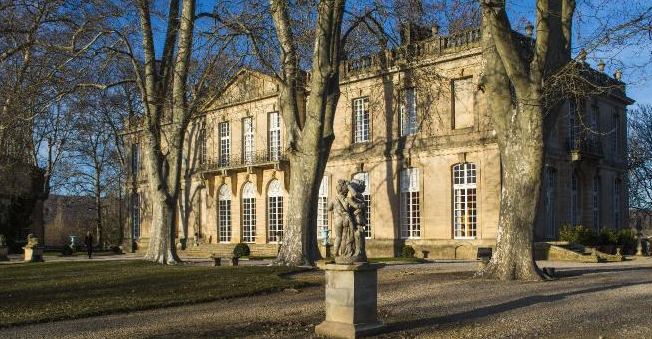 """Le château de Sauvan (XVIIIème s.), appelé le """"petit Trianon de Provence"""" a été choisi par G. Lautner comme cadre de tournage pour certaines scènes de """"La maison assassinée"""" avec Patrick Bruel"""