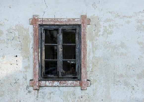 塗装の剥がれた壁