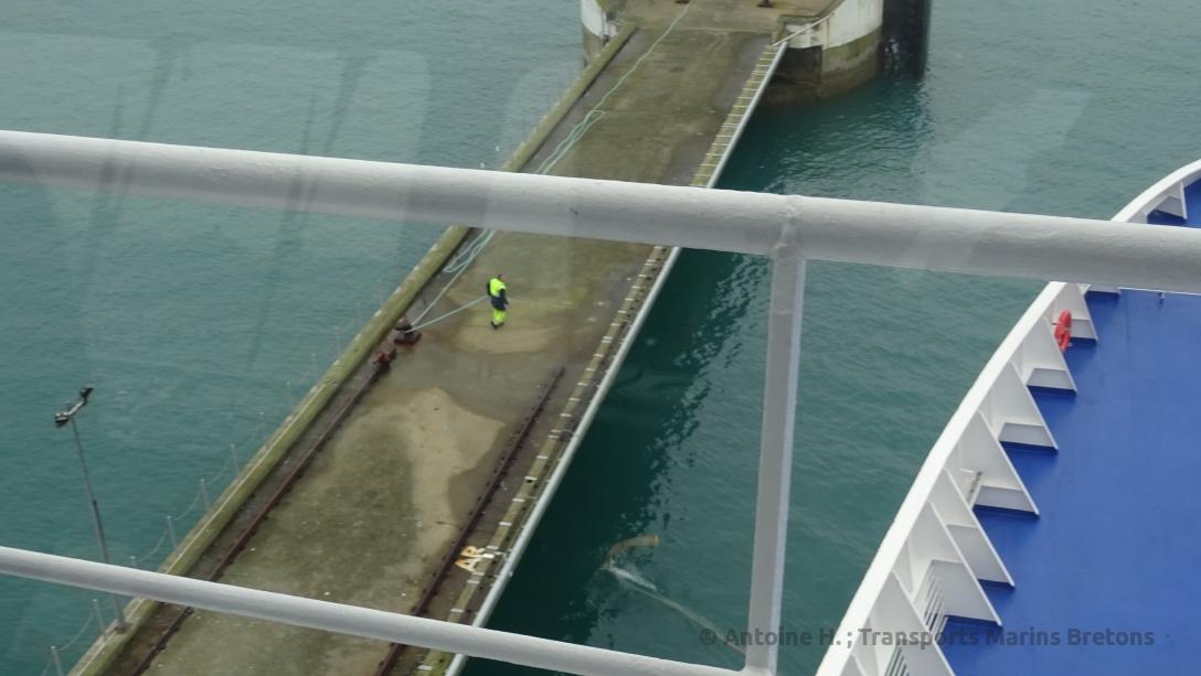 Jetée du terminal ferry, où les amarres viennent d'être libérées