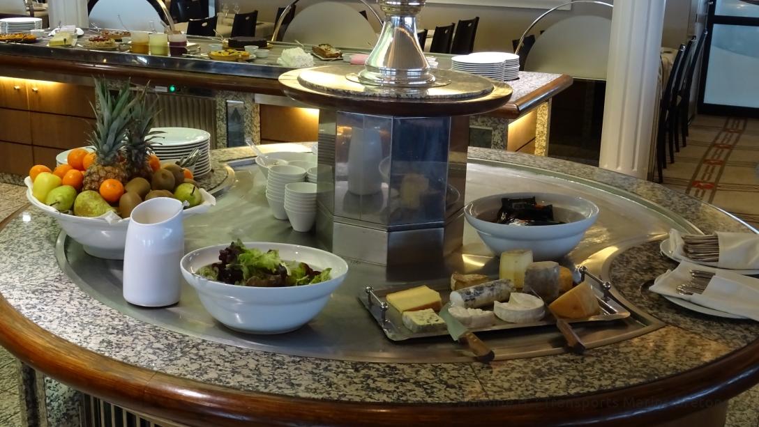 Buffet des fromages et des fruits