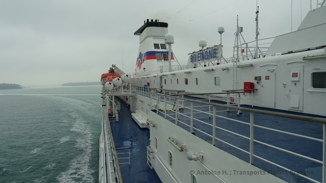 Vue vers la poupe, alors que la navire tourne pour s'orienter vers le chenal des Petits Pointus