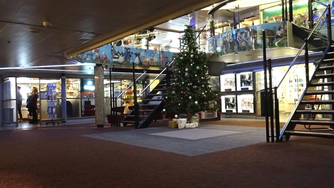 Hall d'entrée de Bretagne, avec un sapin de Noël en cette période de fêtes