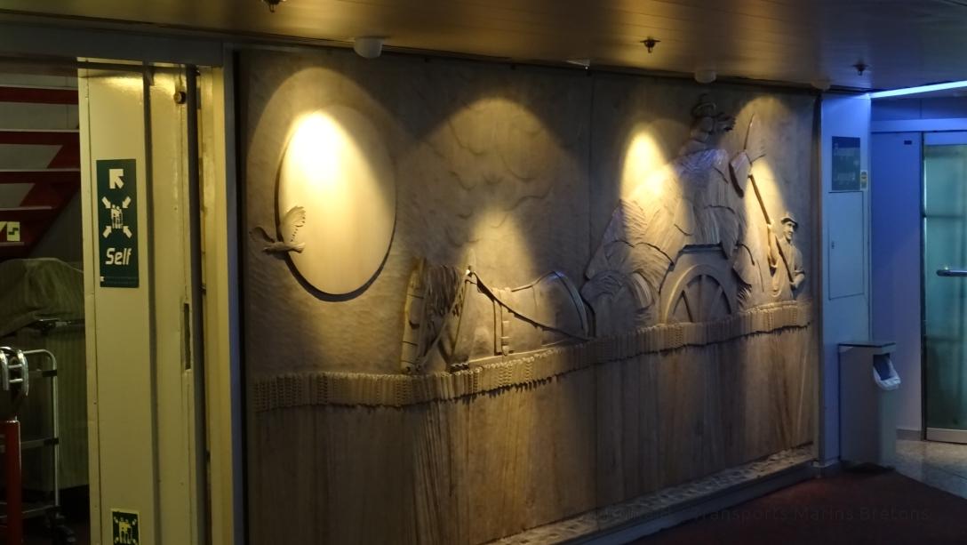 Gravue murale faisant le tour du hall d'information