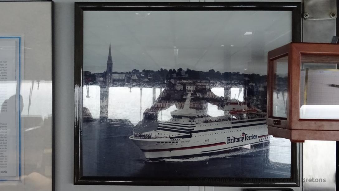 Une photo de Bretagne dans ses premières années de service orne la passerelle