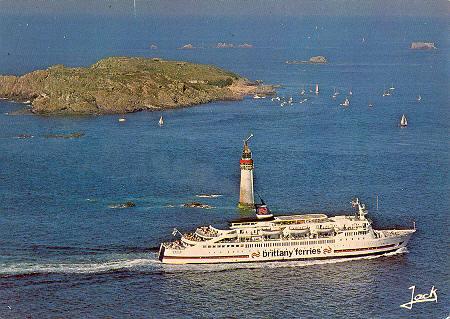 Carte postale du M/V Goelo passant le phare du Grand Jardin, marquant l'entrée du chenal de St-Malo.