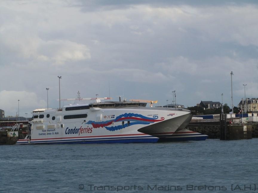 Le HSC Condor Express dans sa nouvelle livrée à quai à Saint-Malo. Photo : Antoine