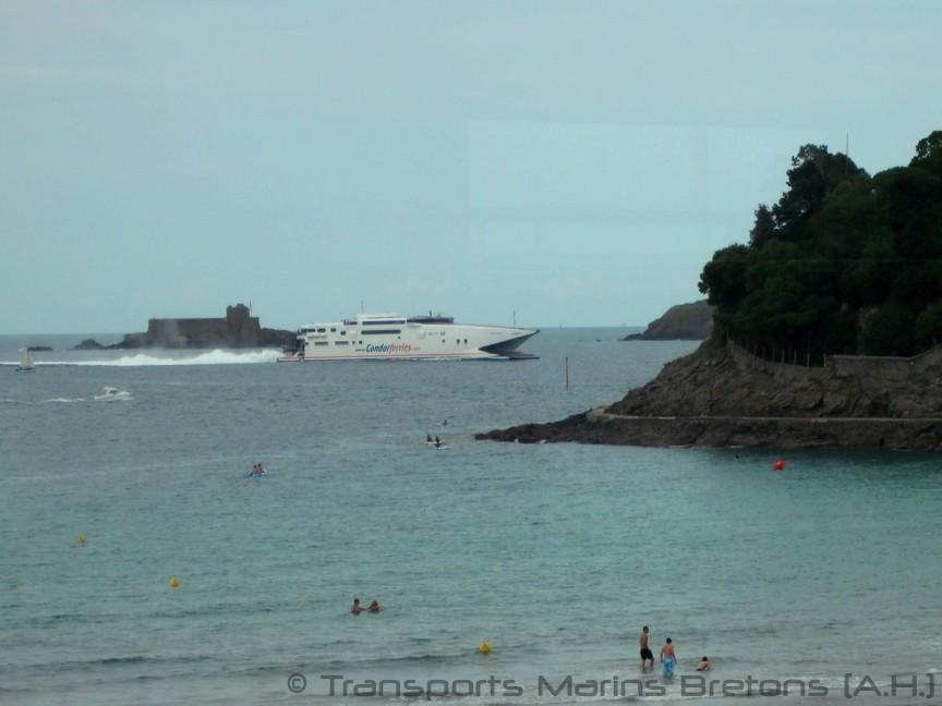 Le HSC Condor Express arrivant à Saint-Malo, vu depuis Dinard. Photo : Antoine