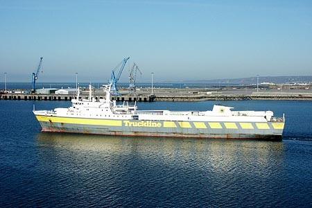 M/V Coutances, sister-ship du M/V Purbeck en livrée Truckline alors qu'il quitte le port de Cherbourg.