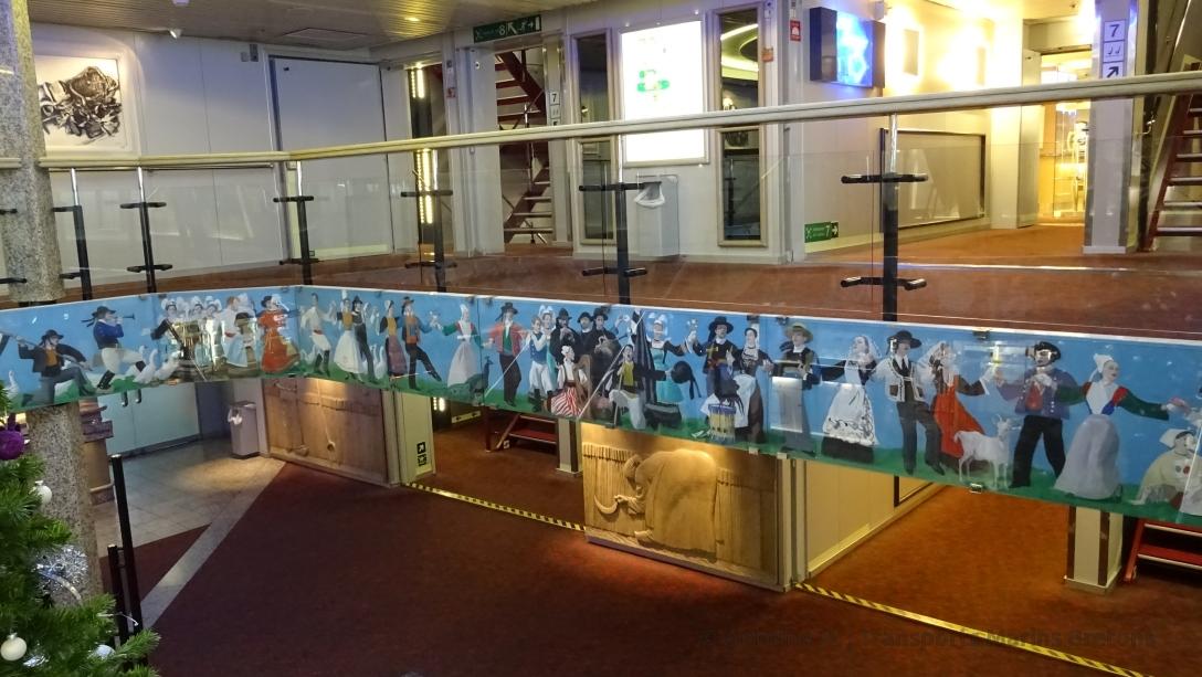 Vue sur la fresque décorant les escaliers de Bretagne