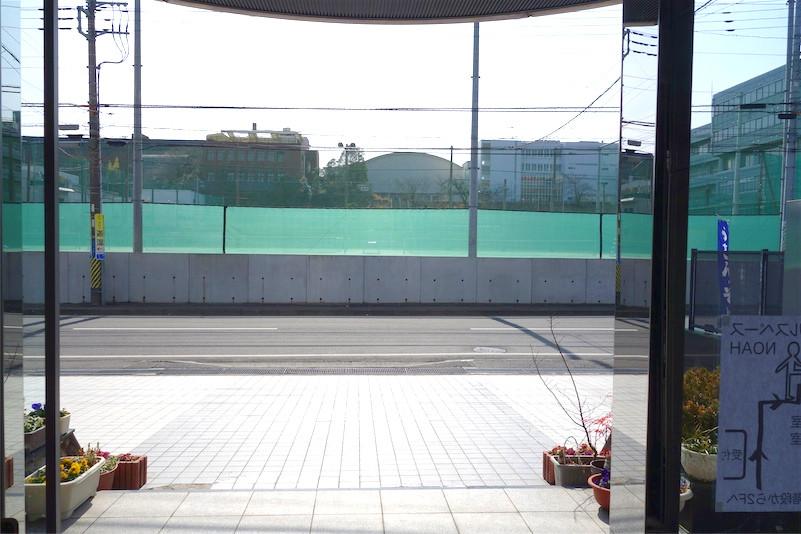 向かいは水城高校のテニスコートです