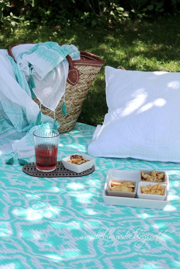 Picknick im Ibiza Look mit buntem Outdoorteppich