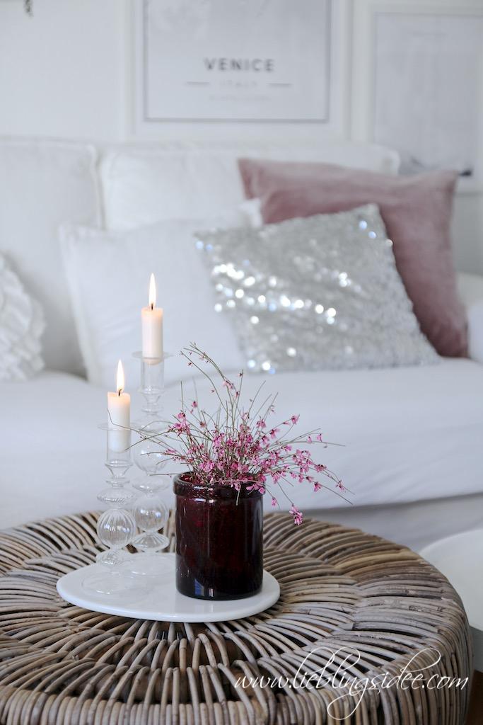 Frühlingsdekoration mit Kerzen und Ginster