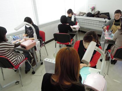 仙台駅から徒歩5分の通いやすいスクールです。
