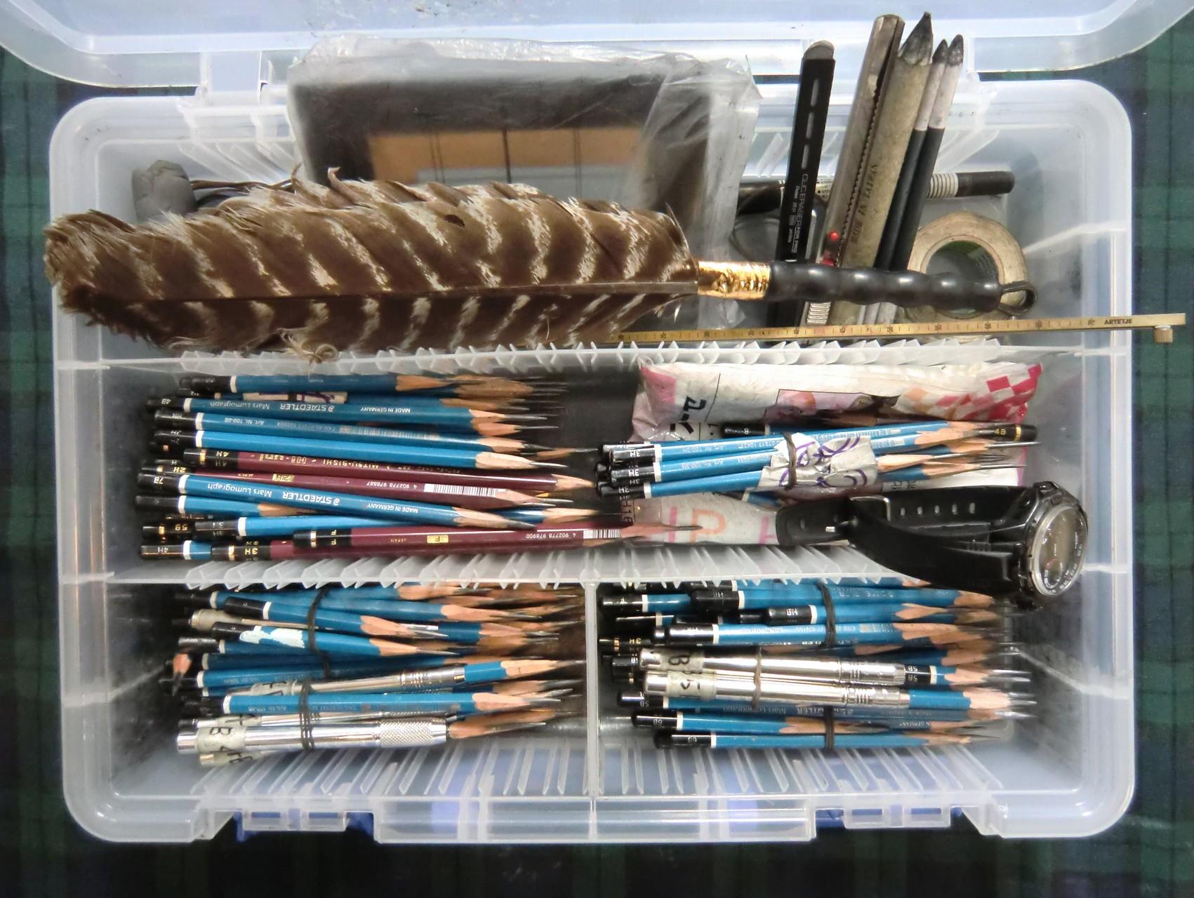 ルクレ教室生の鉛筆デッサン用具類。より良い道具を使いこなす為に、常に入念な手入れが必要である。