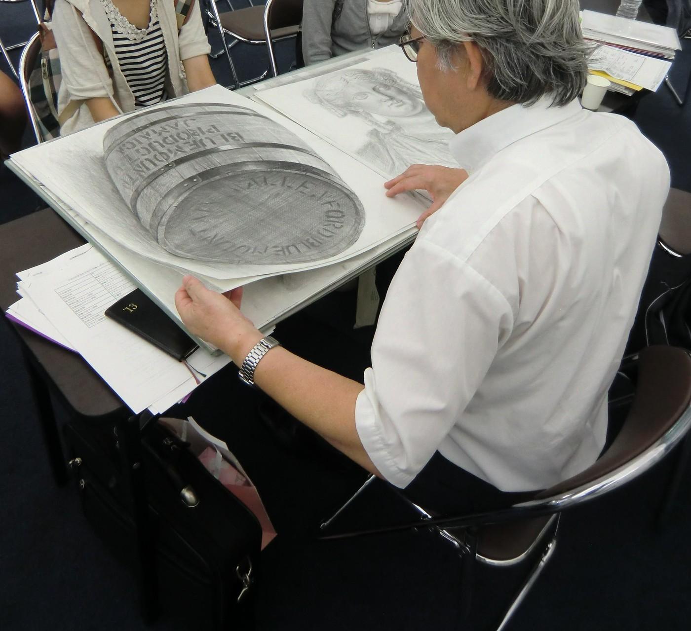武蔵野美術大学の教授に作品講評をして頂く生徒達
