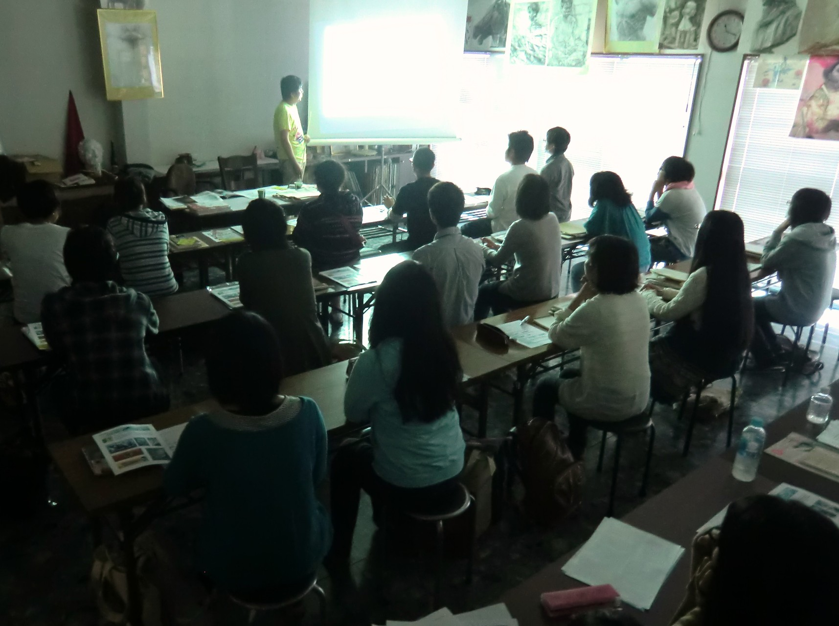 大学と専門学校の学費、カリキュラム、学生生活、就職状況などを詳細に説明
