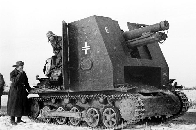 Красноармейцы осматривают немецкое 150-мм самоходное орудие siG 33 (sf) на базе танка Pz.I Ausf B (САУ «Бизон»), захваченное исправным в Подмосковье