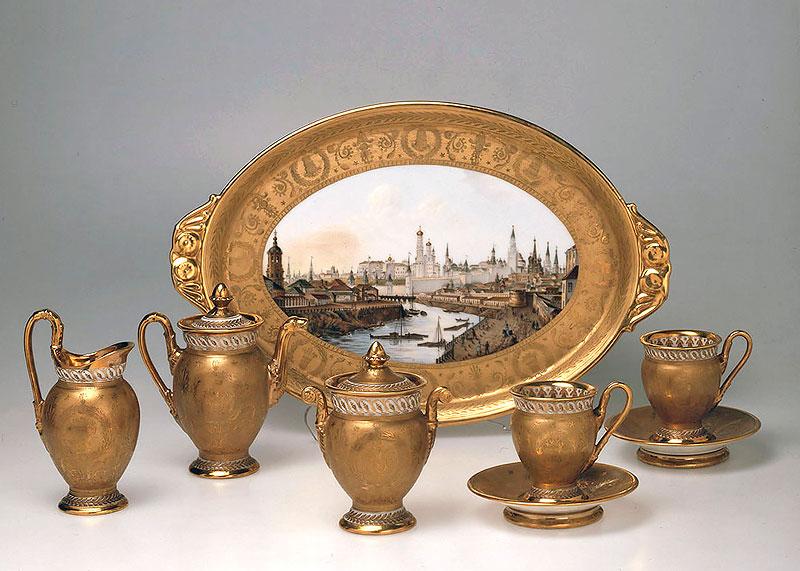 Сервиз кофейный têt-a-têt с монограммой «Н I» под императорской короной. 1826 г. Поднос с видом Кремля. 1818 г. Гос. Эрмитаж