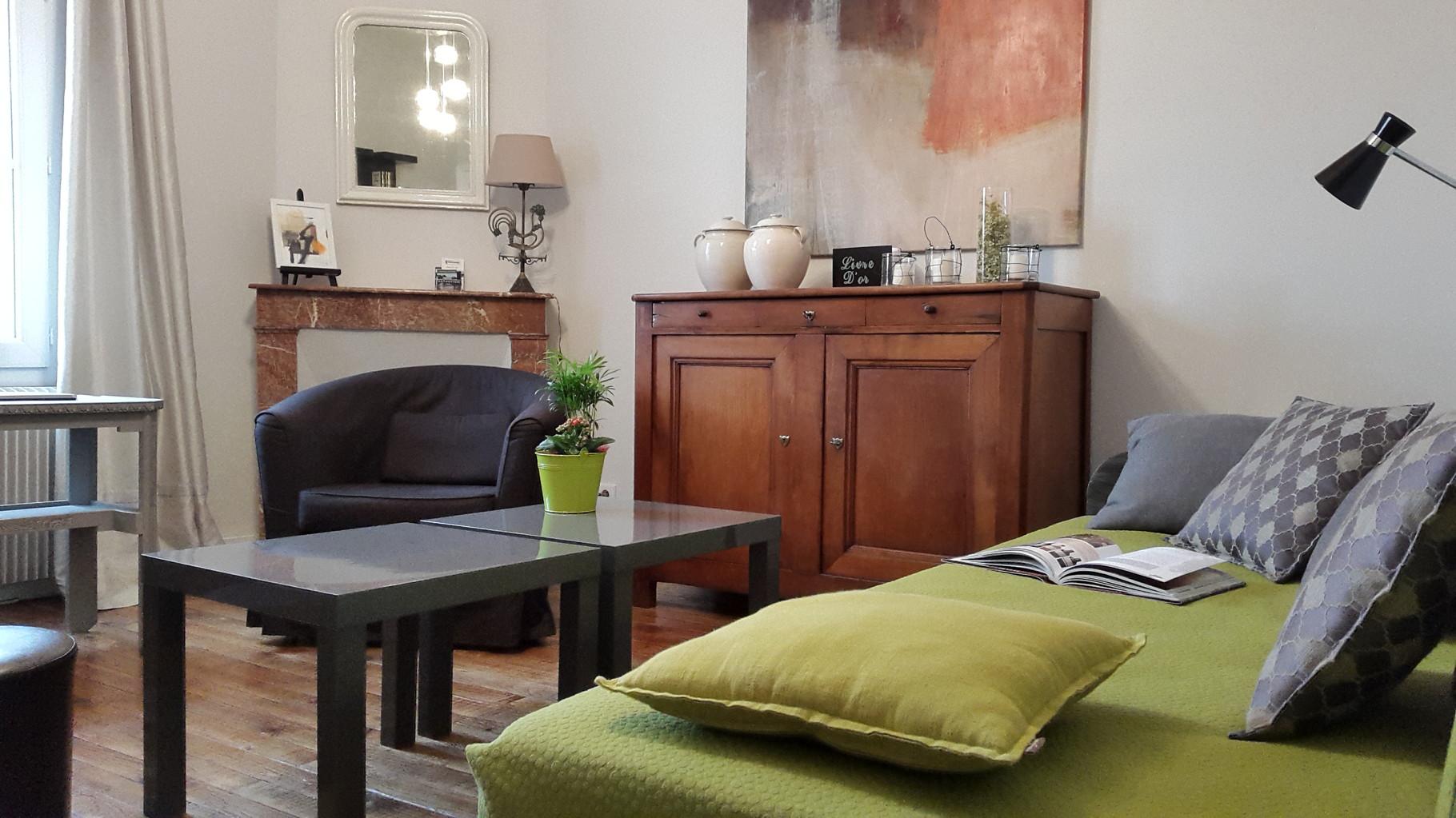 Le salon, est  le lieu central de la maison. Il est très cosy avec une jolie déco