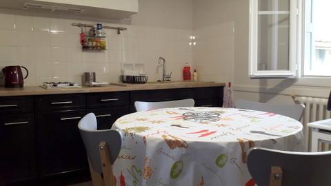 La cuisine donne sur le jardin avec une ambiance actuelle