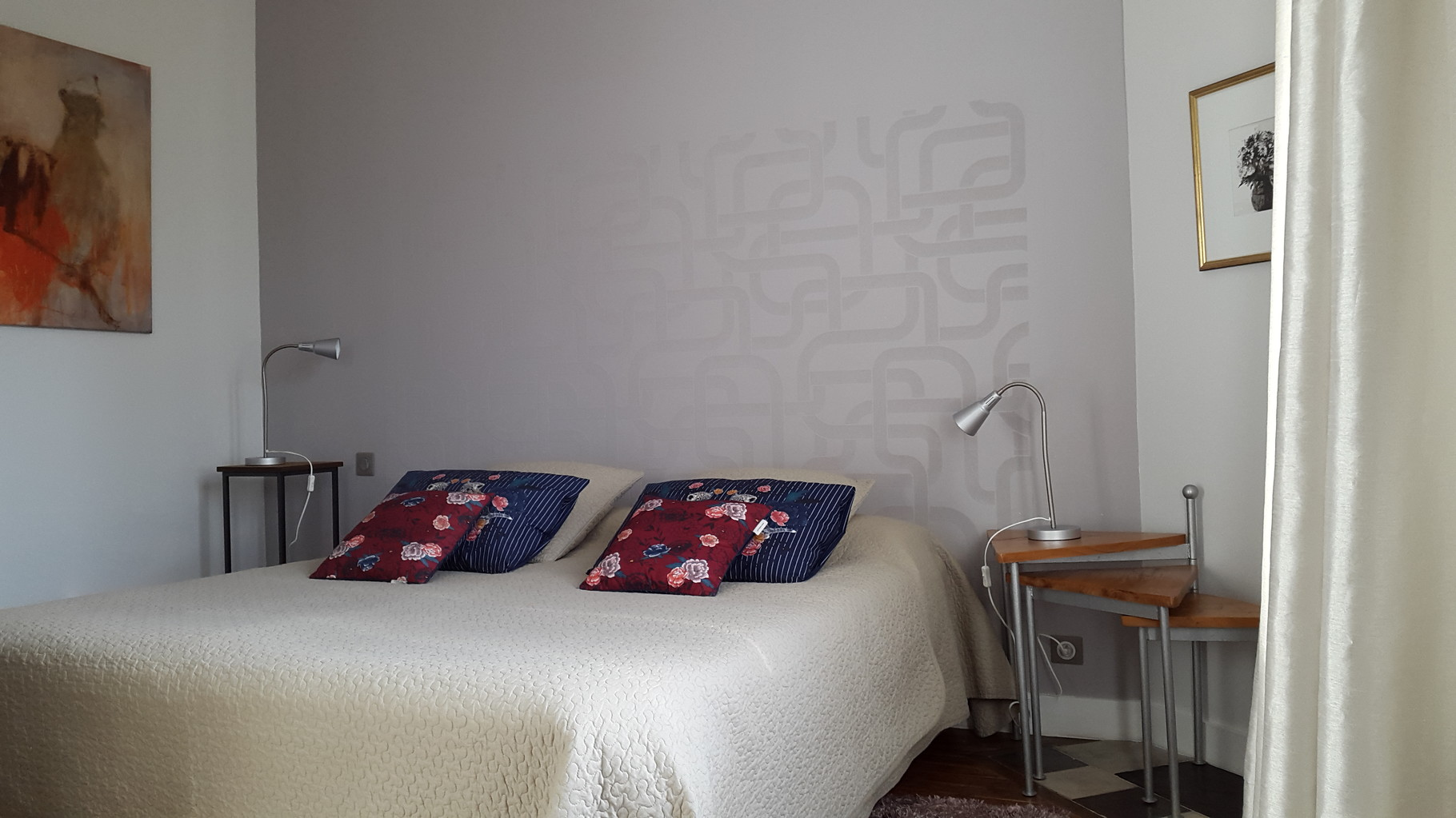 """La chambre """"Côté cour"""". Avec grand lit ou lits jumeaux à la demande"""