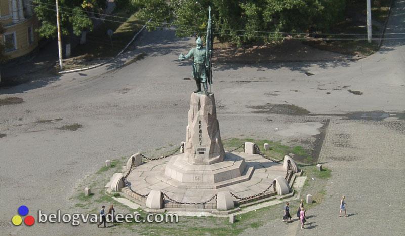 Памятник Ермаку Тимофеевичу 2001 год, вид с Собора. Следы макасовского вандализма в виде окисления памятника.