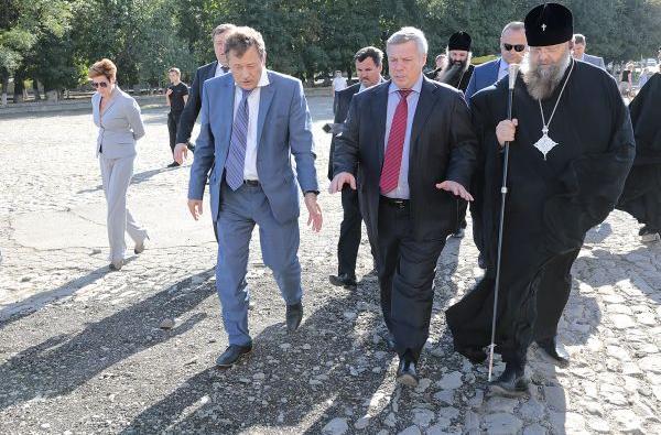 мер Киргинцев, губернатор Голубев, и попы.