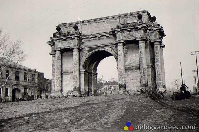 Фотография арки в период временного освобождения Новочеркасска от большевиков конец 1942 начало 1943 года. Хорошо видна деятельность советской власти в городе.