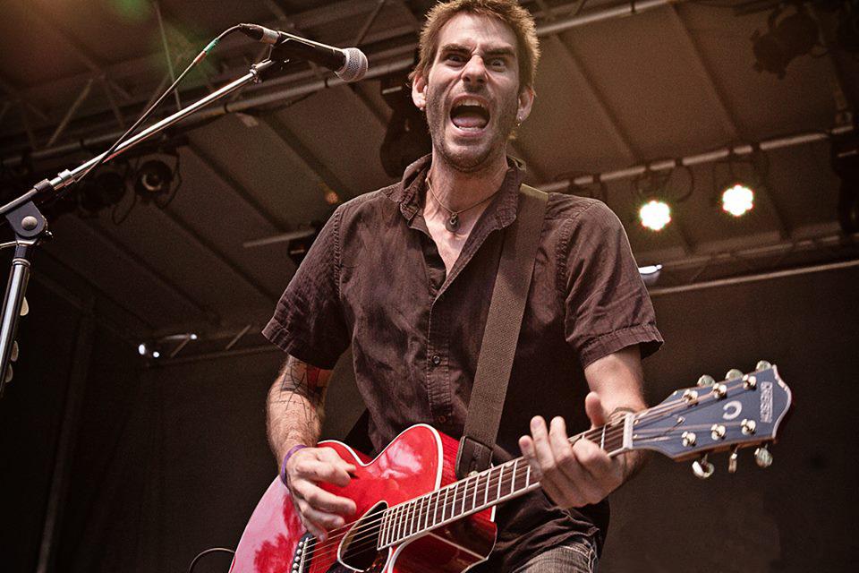 Nicolas Des Ormeaux, artiste upcycling de Montréal et guitariste du groupe EXTERIO