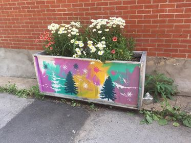 Oeuvre de l'artiste Matéo sur une boite à fleur upcycling