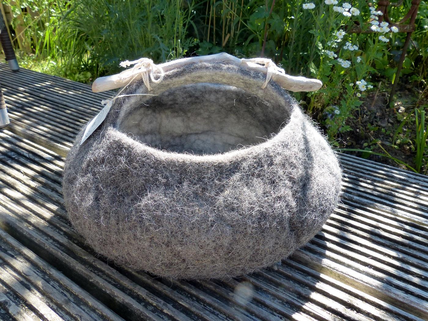 Filzkorb mit Treibholz, grau