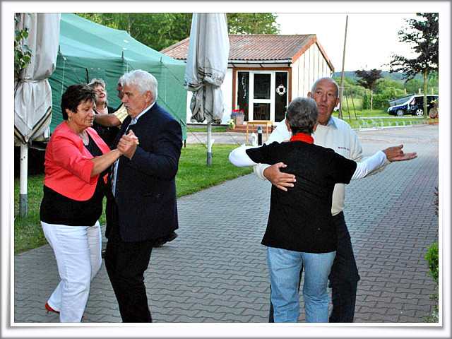 Vorsitzender und Stellvertreter eröffnen die Tanzrunde