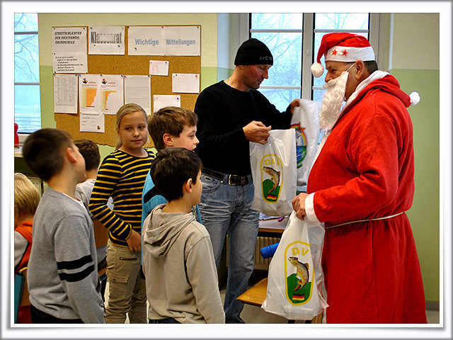 Der Weihnachtsmann verteilt Geschenke