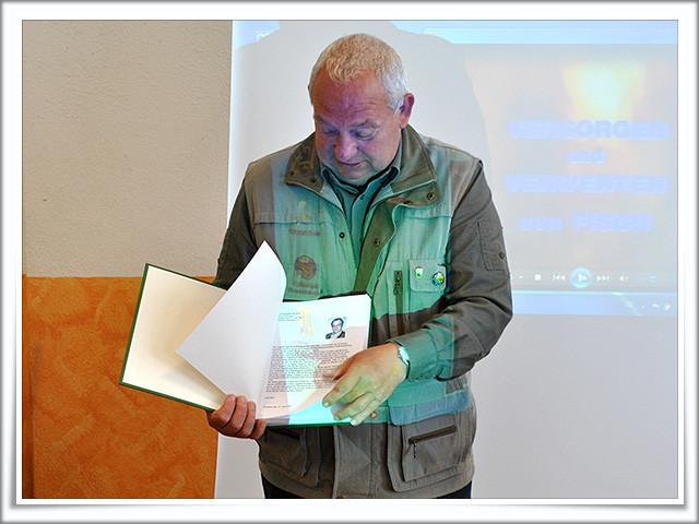 Wolfgang Frenz präsentiert das Ehrenbuch....