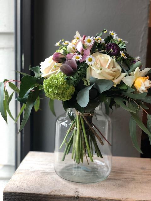 7  Frühjahrsstrauß in pastell, mit Vase 35 €