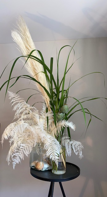 8 - Leichte Brise - frische Gräser kombiniert mit haltbaren weißen Pampas-Gräsern und Blättern - 40 €