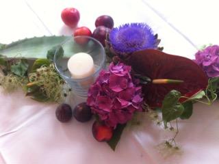 Ausdrucksstarke Dekoration auf Tischen, in Fluren