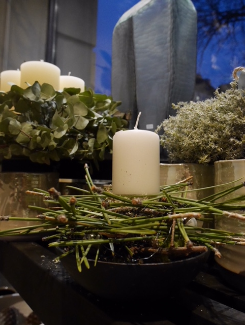 Advent mit Piniennadeln, Eukalyptus, Olivenzweigen ....