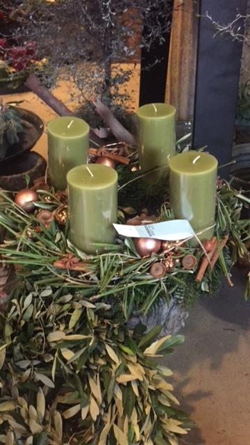Außergewöhnliche Variante: der Adventskranz aus Nadeln und Olivenzweigen