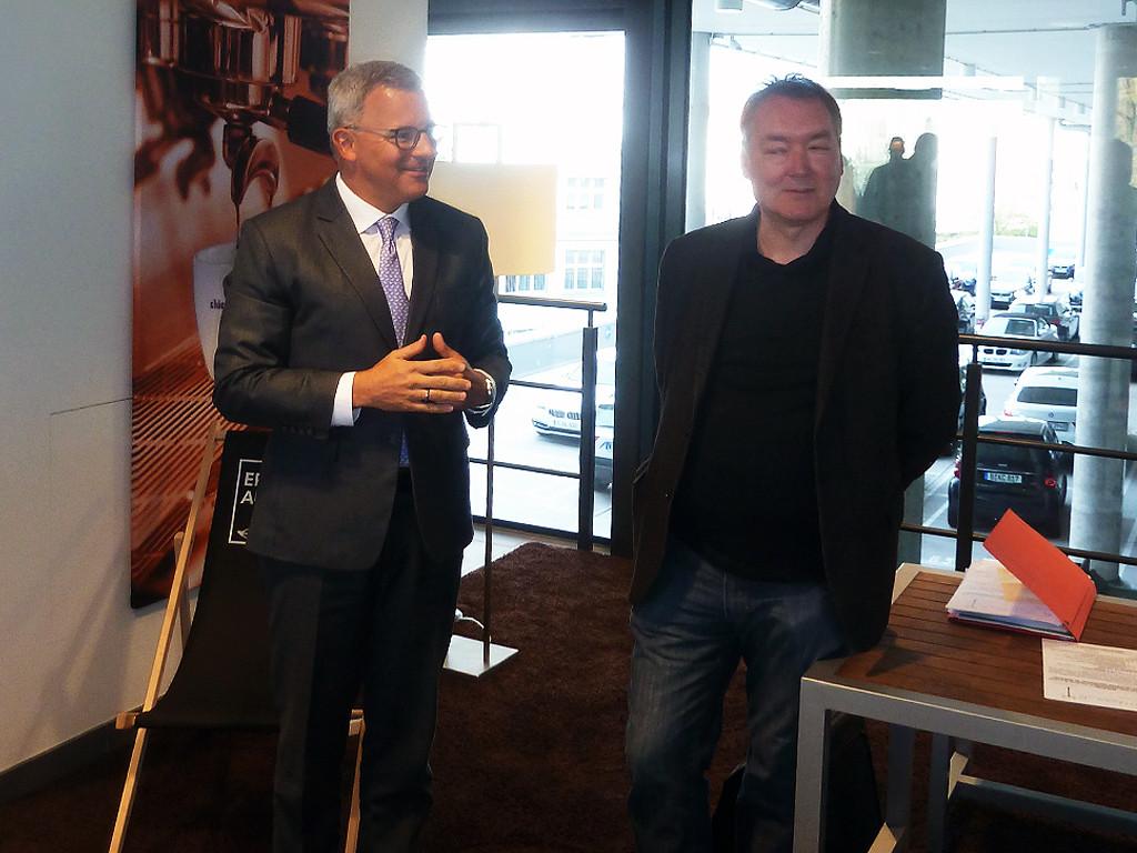 BMW-Geschäftsstellenleiter Herr Bühler im Gespräch mit Wolfgang Jarnot, 1. Vorsitzender der Kaiserdamm IG