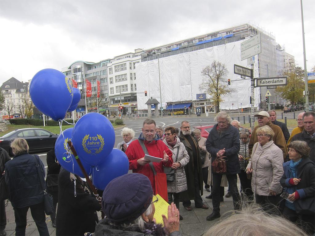 Stadtspaziergang vom Theodor-Heuss-Platz bis zum Sophie-Charlotte-Platz mit Bürgermeister Naumann