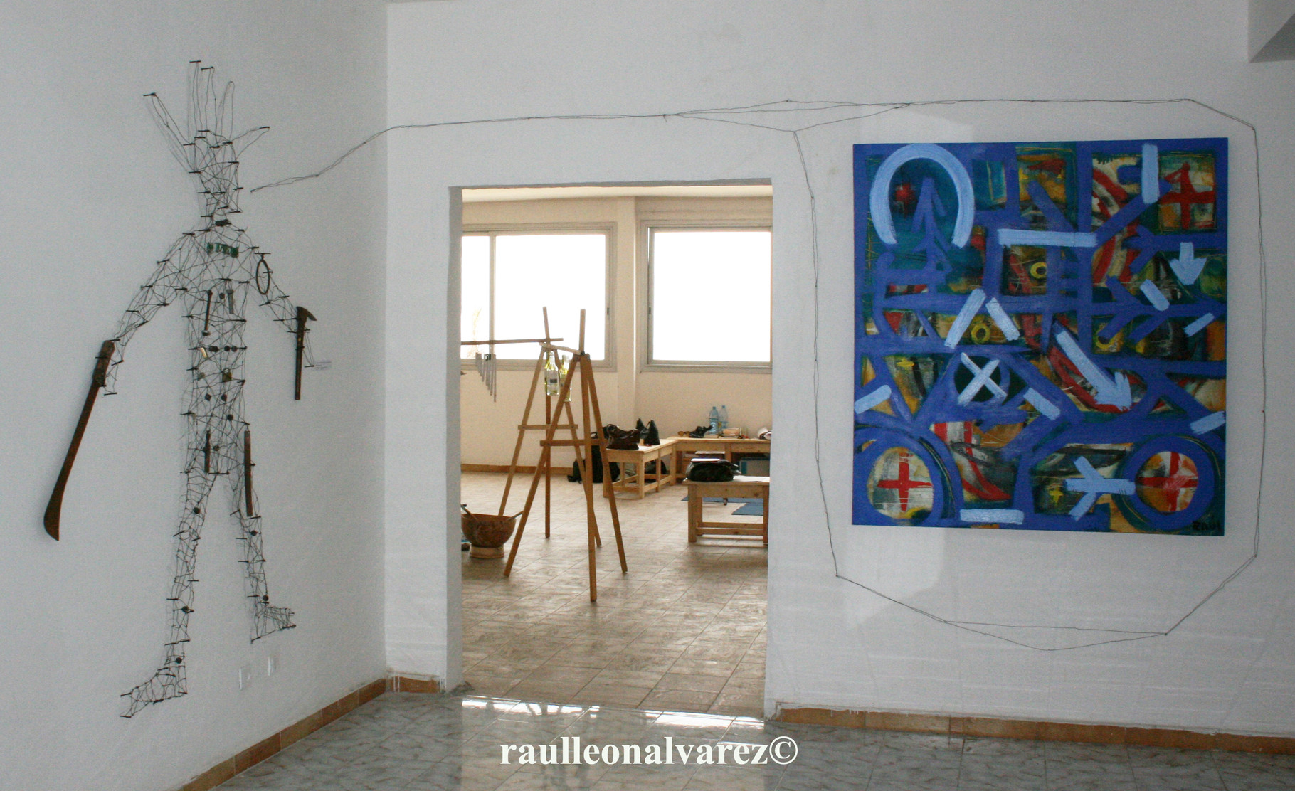 Titel: Ogun  Mått: olika mått. Teknik: installationen med återvunnen metall och tavla