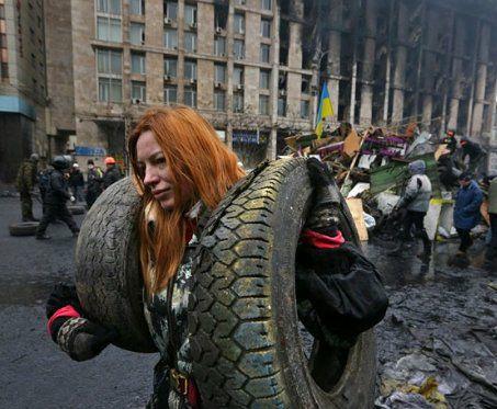 На Майдане, каждый, как мог боролся и помогал другим бороться.