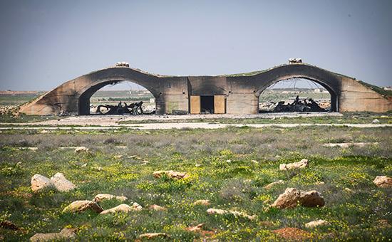 Удивительно точное попадание Томагавков. Прямо в центр укрытий для сирийских самолётов.