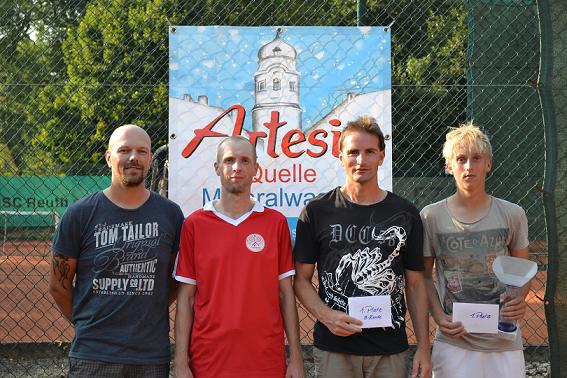 Markus Meister (SC-Tennisvorsitzender, l.) gratulierte Daniel Dudek aus Bayreuth (2. V.l.), Christian Scholzen aus Hirschau (2. V. r.) und Max Pörsch aus Waldershof (r.) zu ihren Siegen. Bild:lst