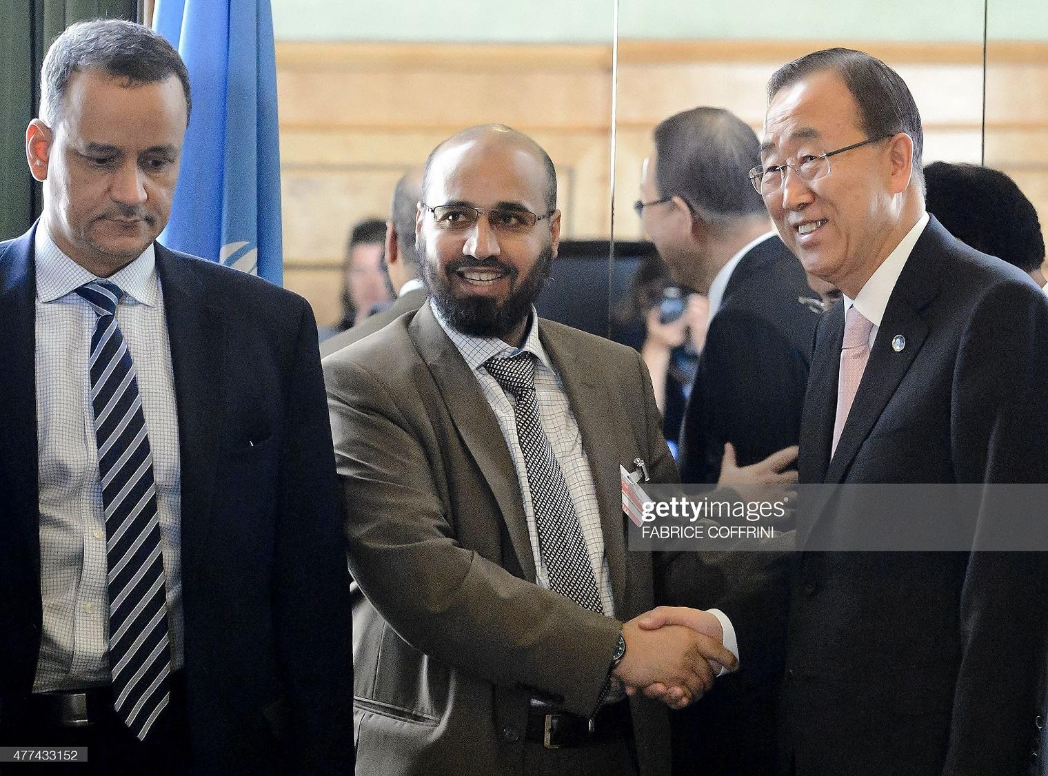 Mitte: IS-Terrorist Abdel-Wahab-al Hunayqani - Mitglied der Hadi-Delegation mit UN-Generalsekretär Ban-Ki-Moon (Re)